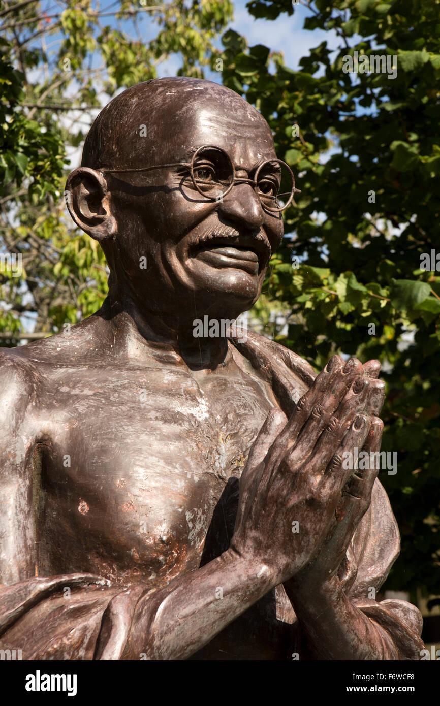 UK, England, Yorkshire, Hull, High Street, Mandela Gardens, bust of Mohandas (Mahatma) Gandhi, by mumbai sculptor - Stock Image