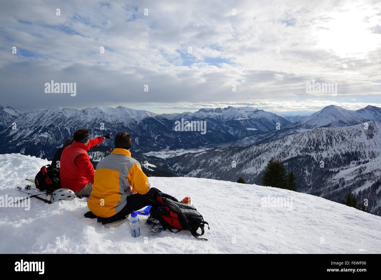 Group of persons back-country skiing sitting on the summit of Hochplatte and looking to Rofan range, back-country - Stock Image