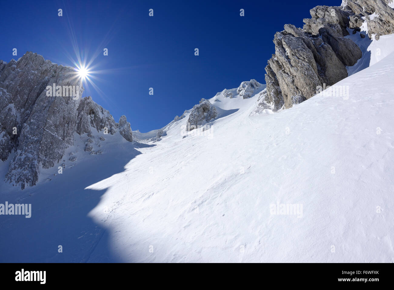 Sun gleaming over the snow-covered cirque at Monte Sirente, Valle Lupara, Monte Sirente, Abruzzi, Apennines, l' - Stock Image