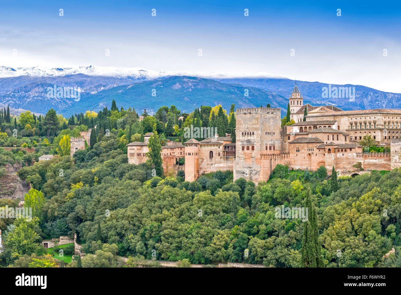 GRANADA SPAIN THE ALHAMBRA A MOORISH CITADEL AND PALACE IN AUTUMN WITH SNOW ON THE SIERRA NEVADA MOUNTAINS - Stock Image