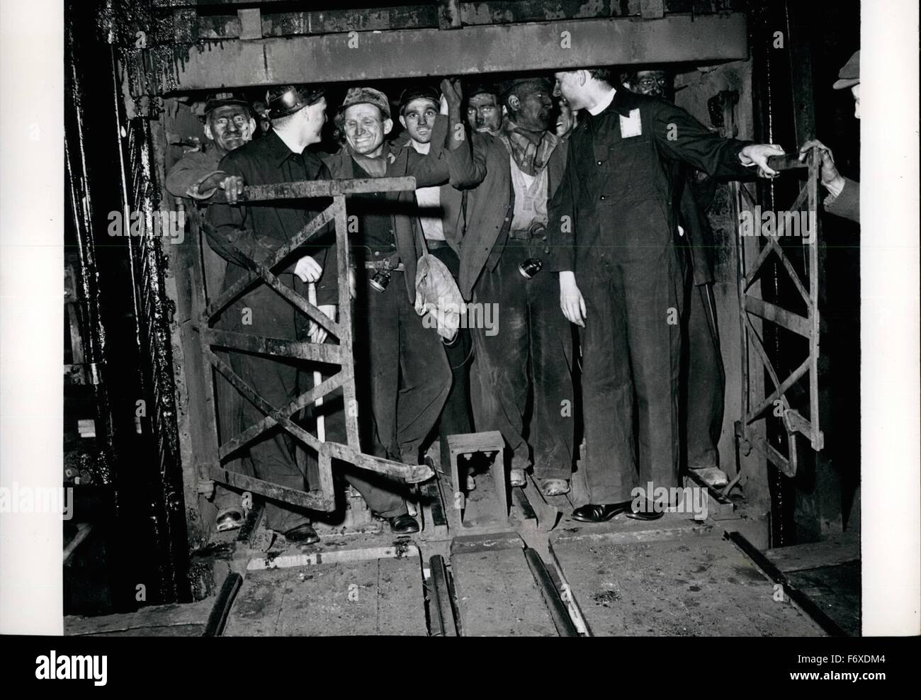 1952 - The Ministers Go Down The Pits: In The Cage: A cage-load of miners about to descend. With them go the travelling - Stock Image