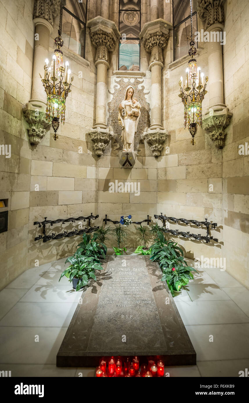 antoni gaudi tomb in basilica and expiatory church of the holy family stock photo  90325741