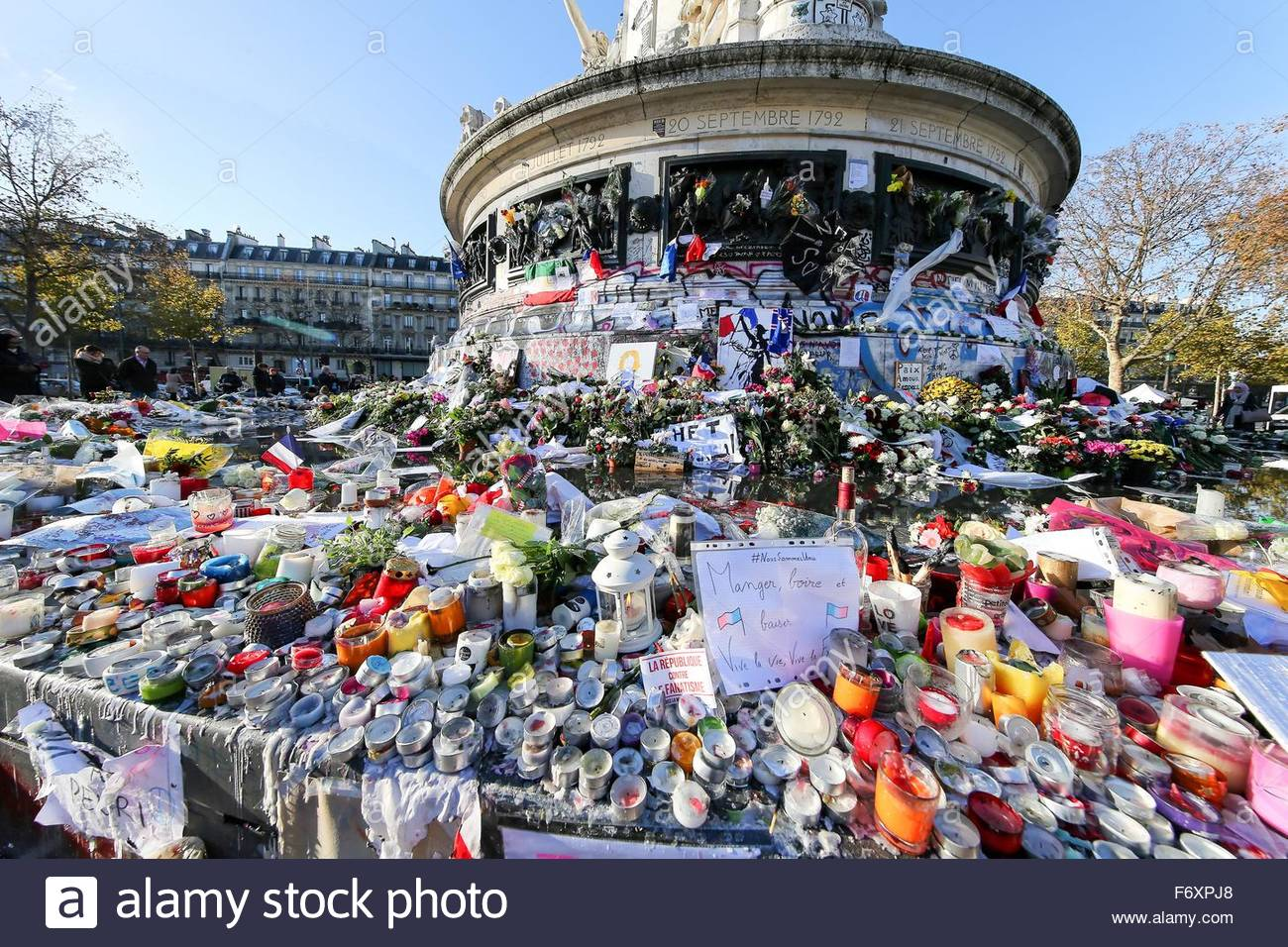 Paris, France. novembre 21st, 2015. FRANCE, Paris: Flowers, candles and messages are seen at a makeshift memorial - Stock Image
