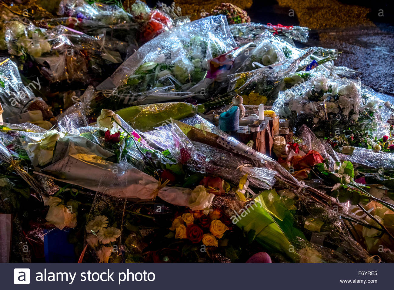 Paris, le Bataclan 20/11 2015. French tributes to the victims of the terrorist attacks of November 13, 2015. Flowers, Stock Photo