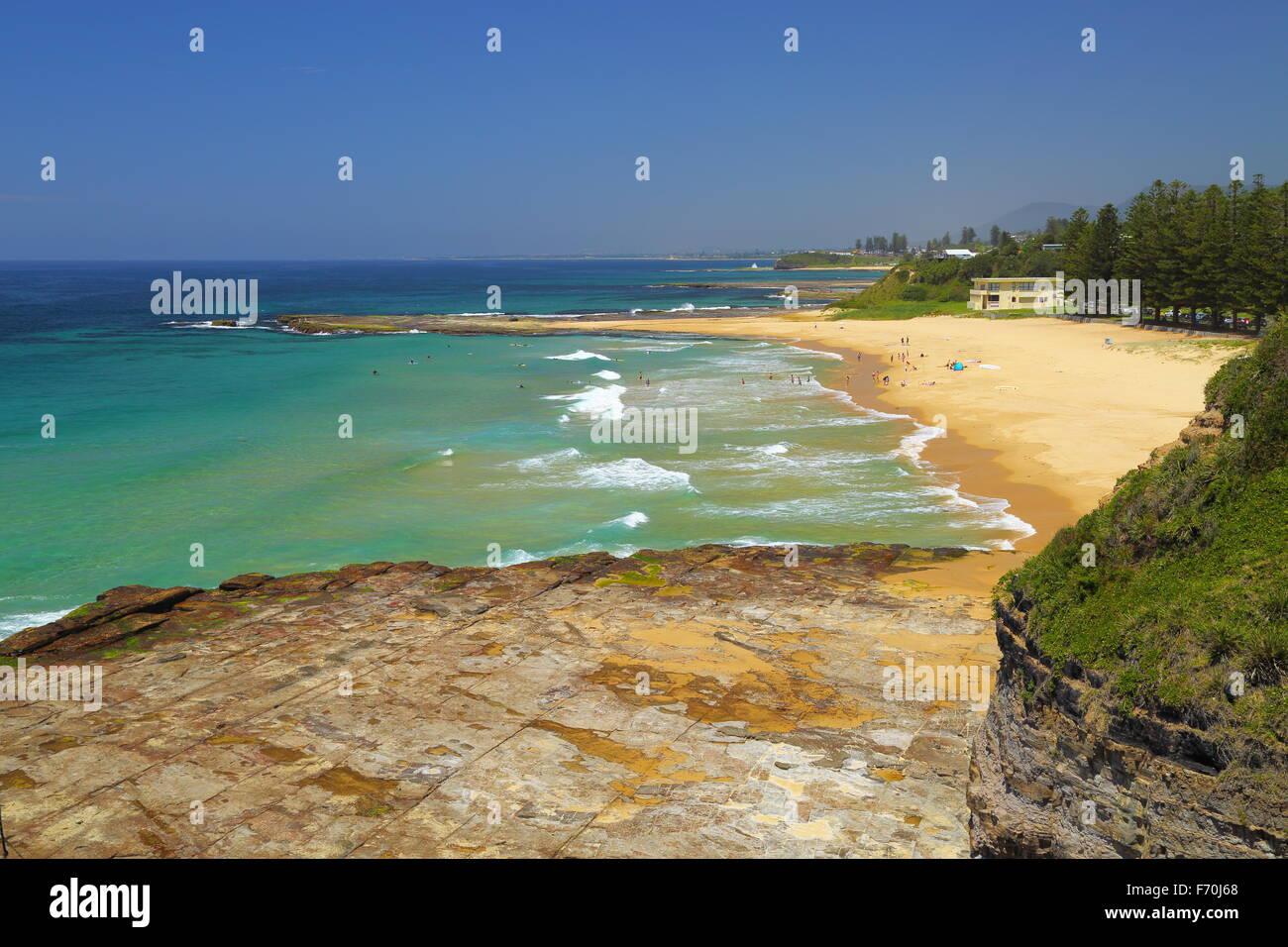 Coledale Beach and Surf Lifesaving Club - beachgoers enjoying  a glorious hot summer day in NSW, Australia. - Stock Image