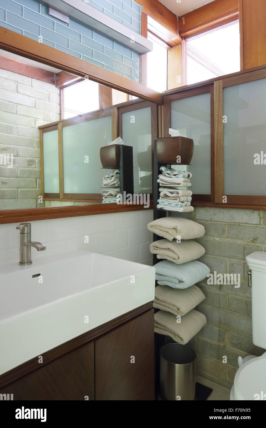 Upper level bathroom. Usonia, Town of Mt. Pleasant, United States. Architect: Frank Lloyd Wright, 1951. - Stock Image