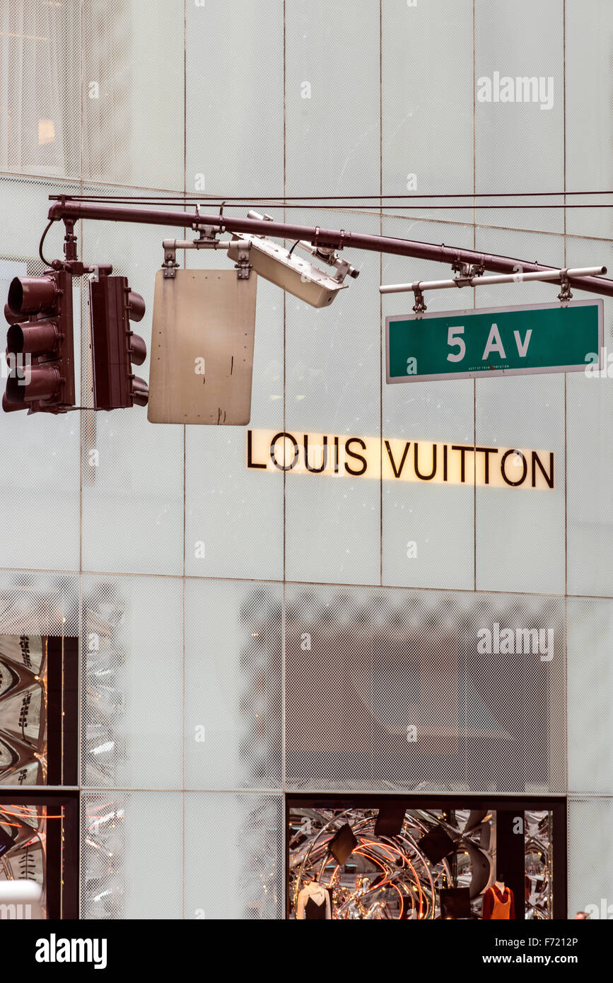 Fifth Avenue street sign and luxury shop behind, Manhattan, New York, USA - Stock Image