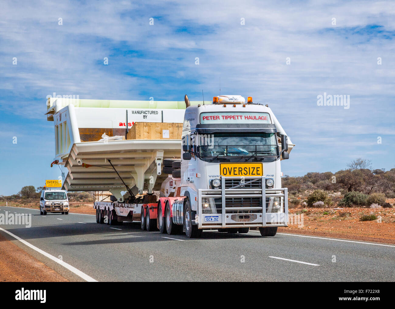 Australia, Western Australia, Mid West, Murchison District, heavy machinery transport on the Great Northern Hwy - Stock Image