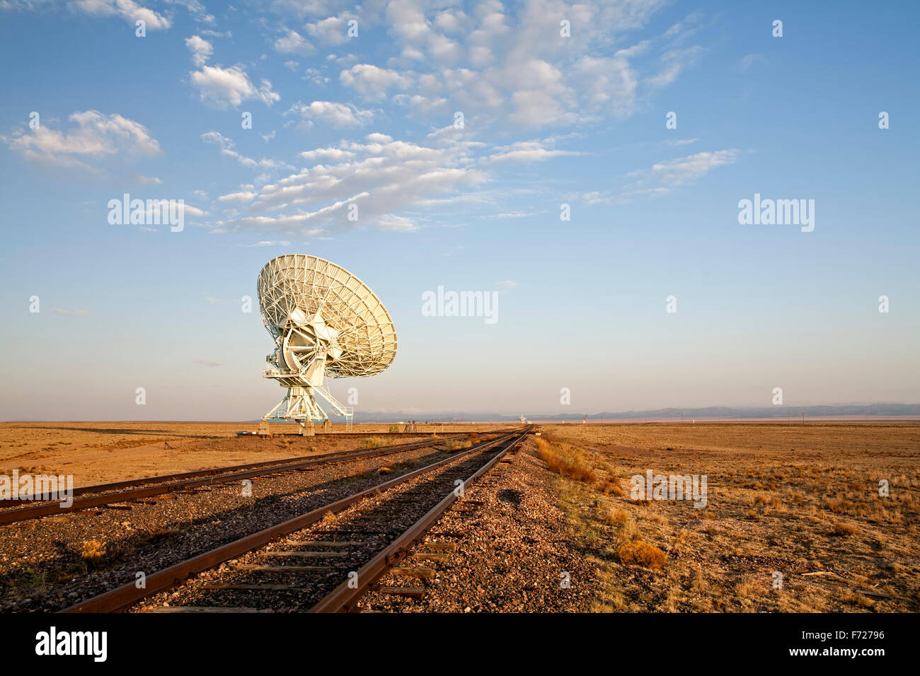 Radio telescope and tracks, Very Large Array (VLA), San Agustin Plains, near Magdalena, New Mexico USA - Stock Image