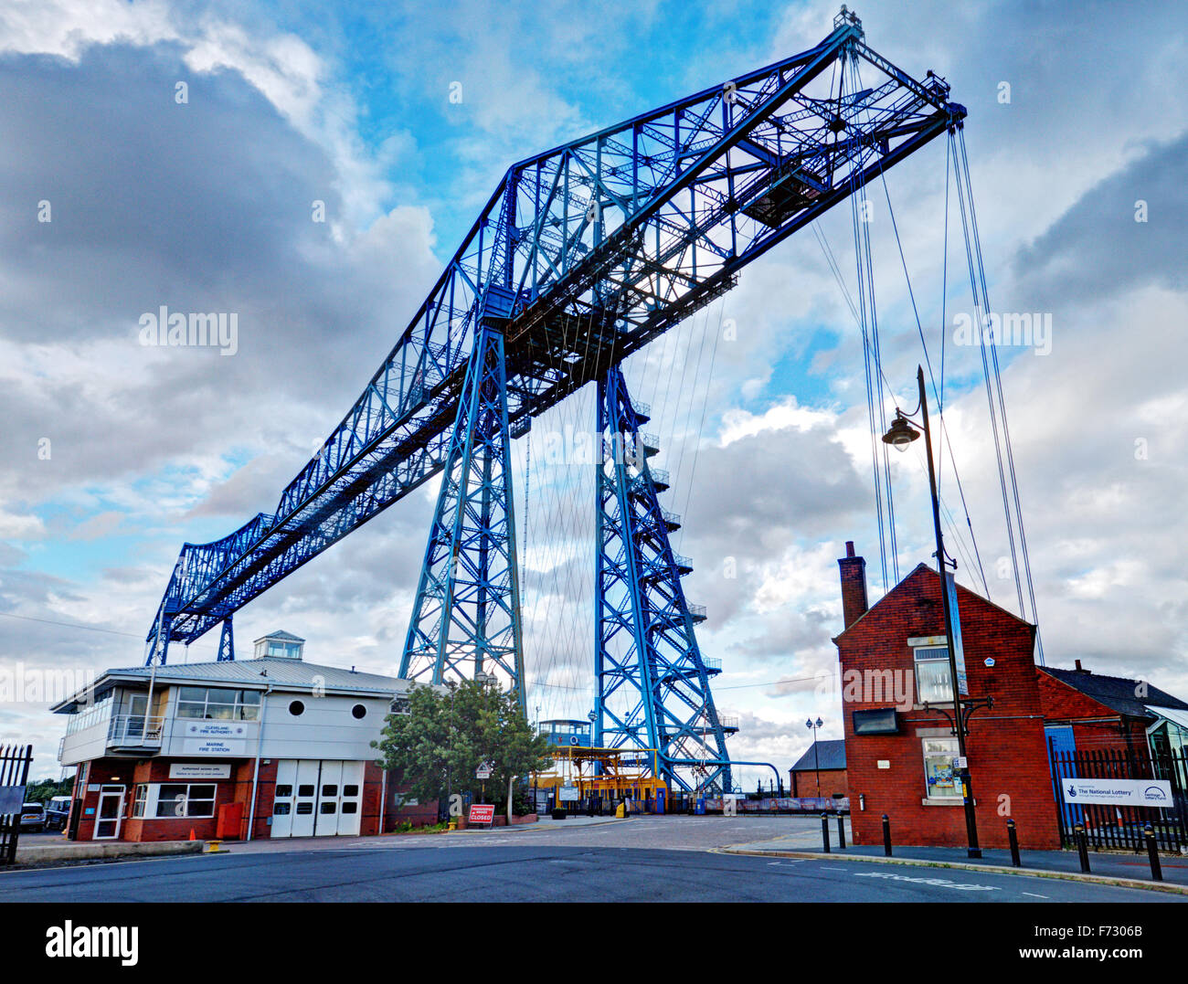 Teesside Transporter Bridge: a dominant crane-like structure the transports cars and passengers by a cable suspension - Stock Image