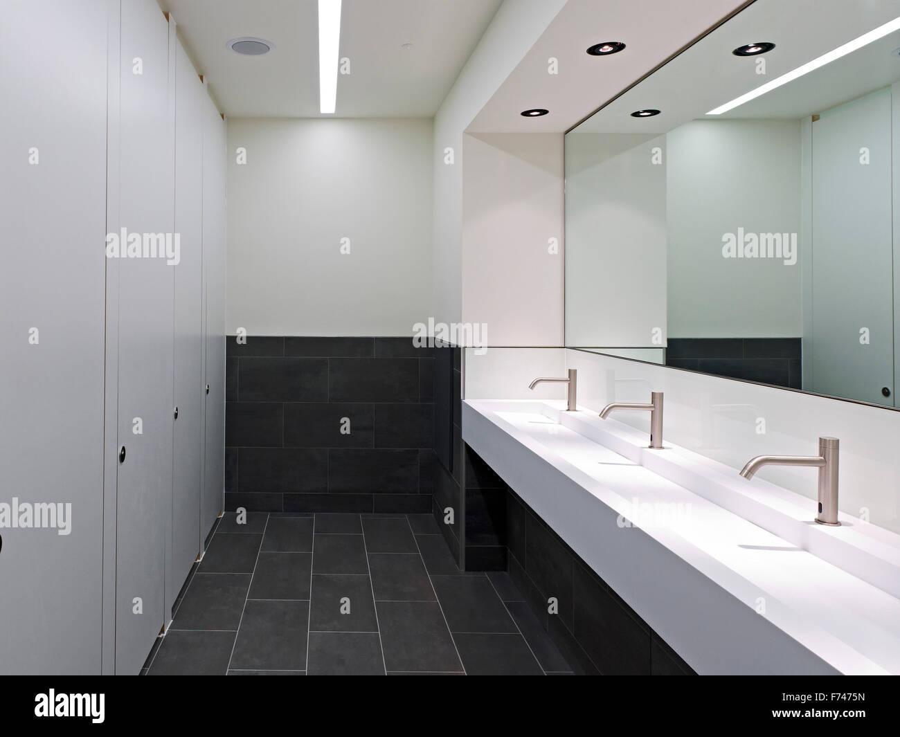 Bathroom facilities in Exchange Tower, Docklands, London, England, UK - Stock Image