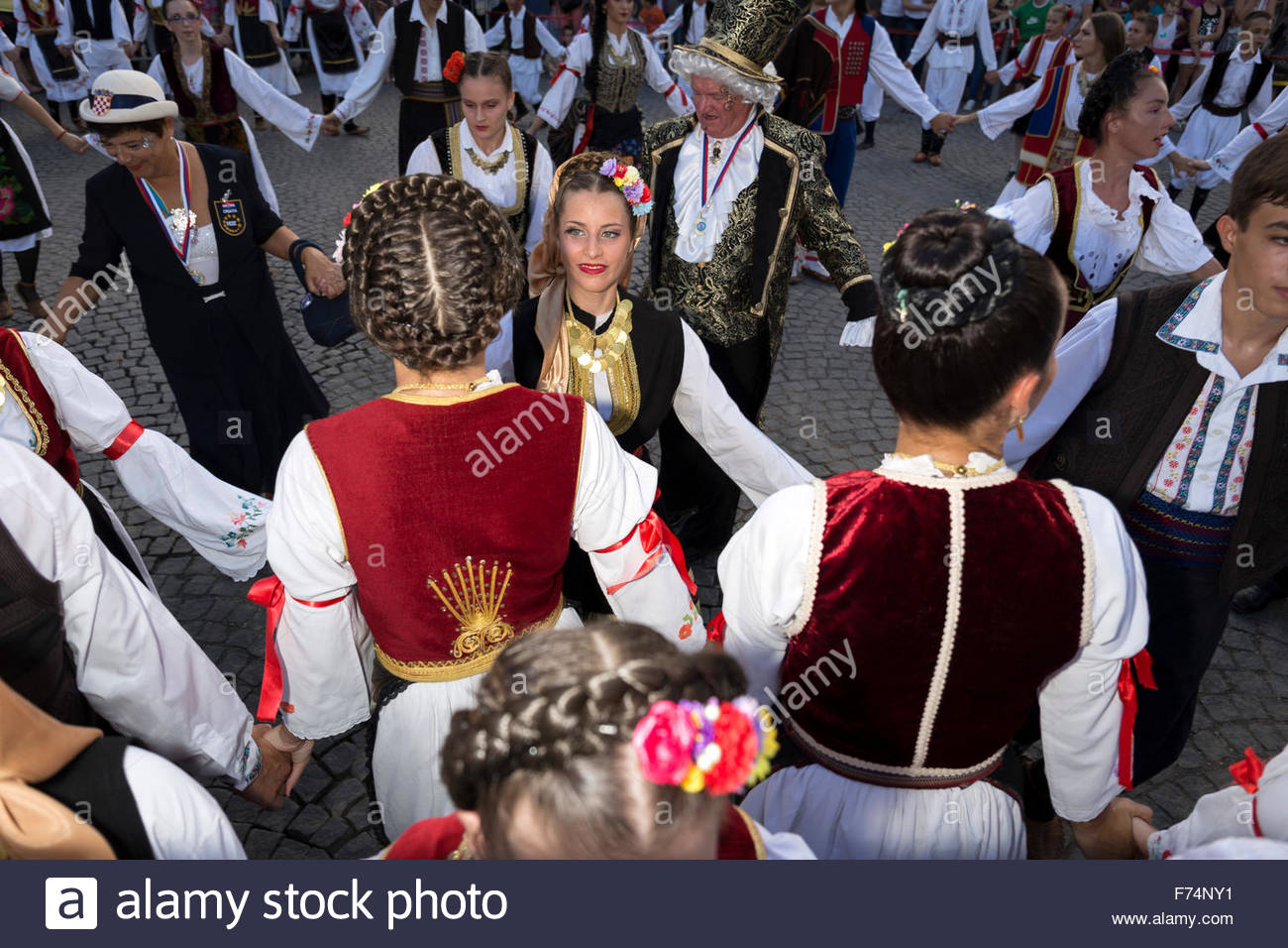 """Traditional Serbian folklore dance """"Kolo"""". Central city square in Sabac, Serbia. Stock Photo"""