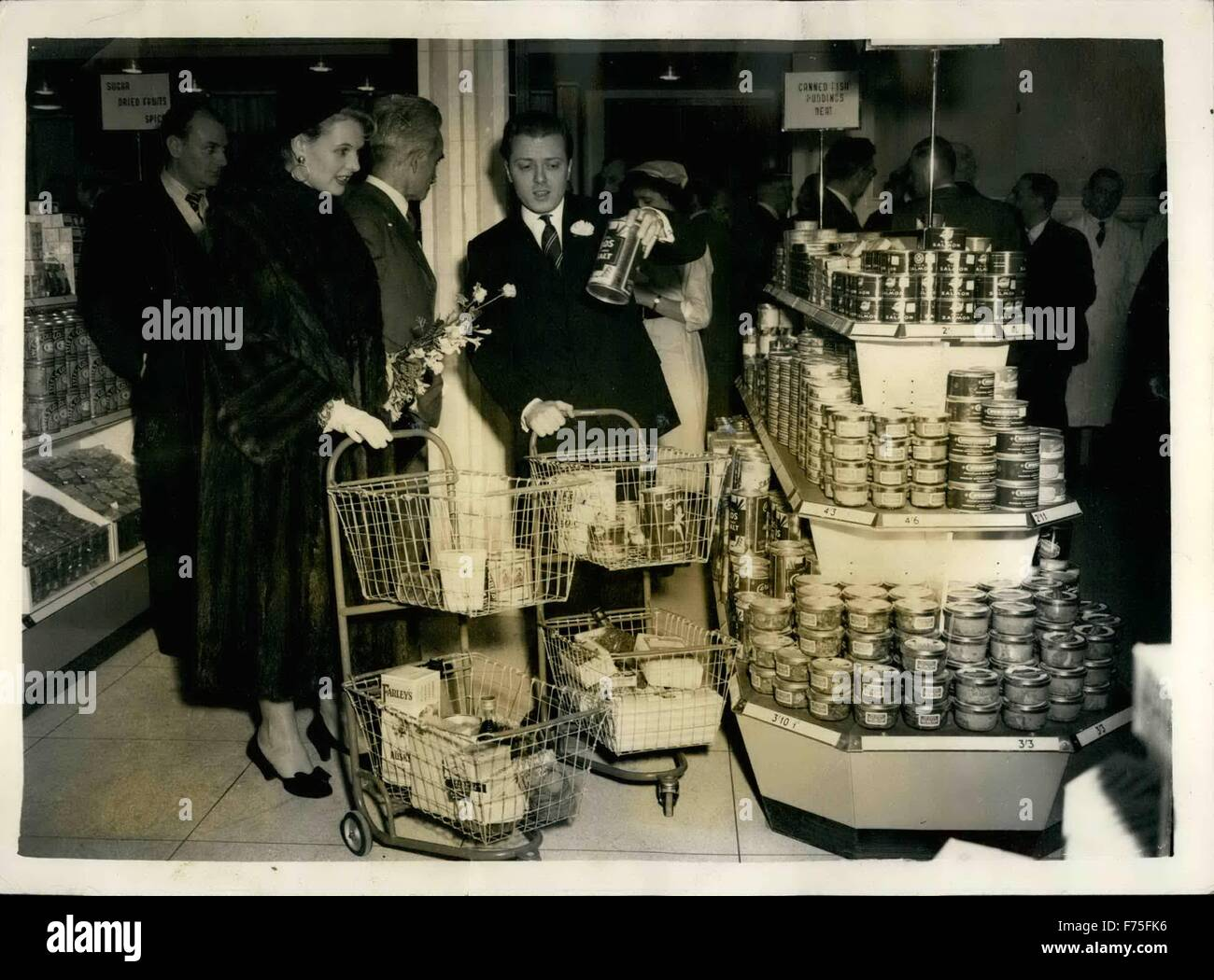 1955 - Screen Stars Open Britain Largest Serve Yourself Food Store and Select Gifts for Free Hampers - Screen stars - Stock Image