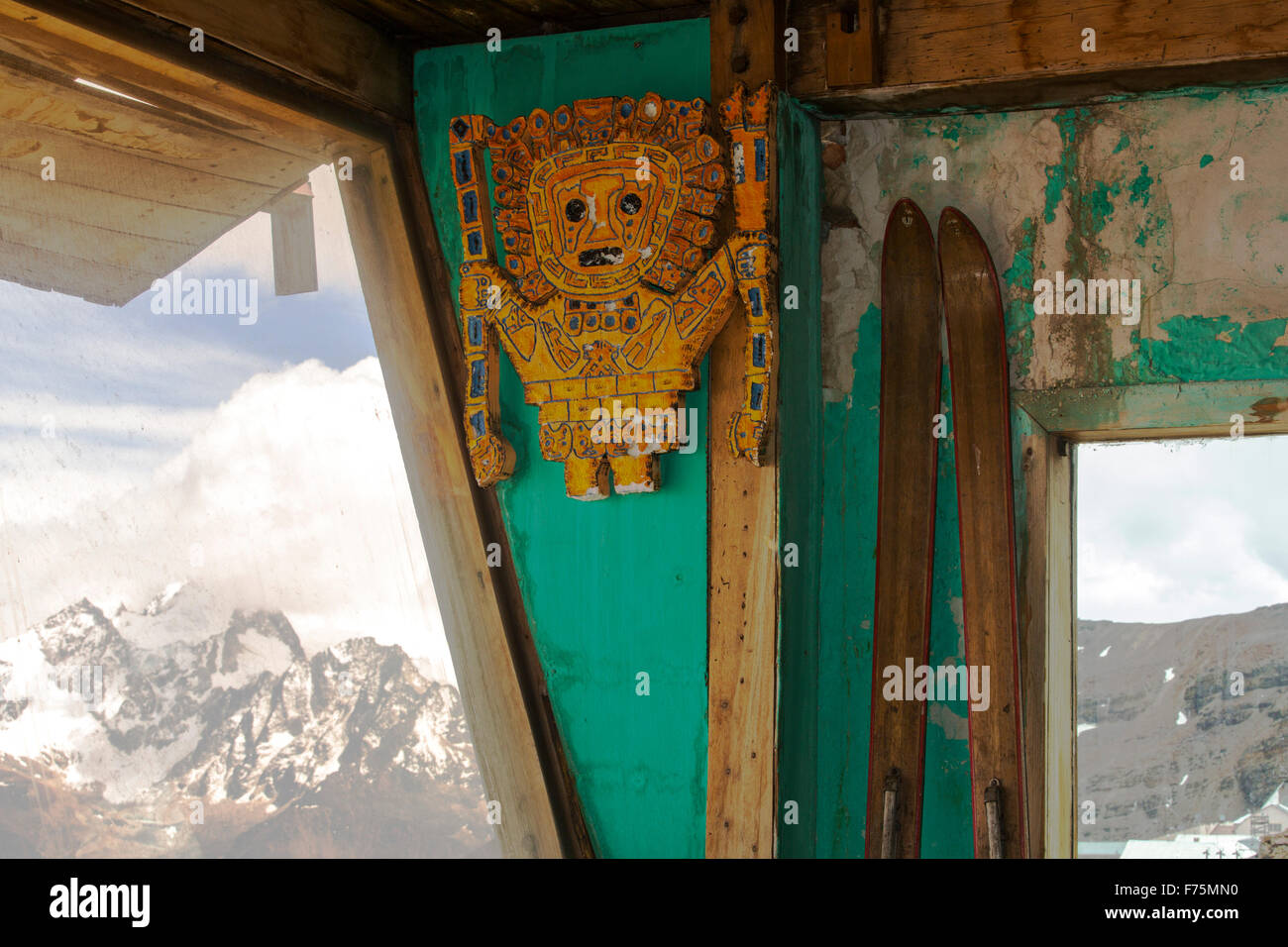 An old ski club hut on the peak of Chacaltaya (5,395m), looking towards Illimani. Until 2009 Chacaltaya had a glacier - Stock Image