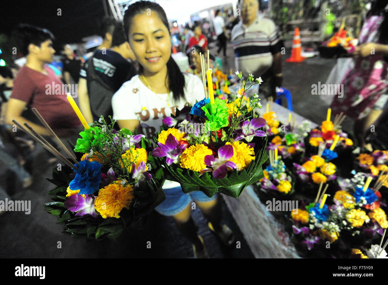 Bangkok, Thailand. 25th Nov, 2015. A woman holds water lanterns during the Loy Krathong festival in Bangkok, Thailand, - Stock Image