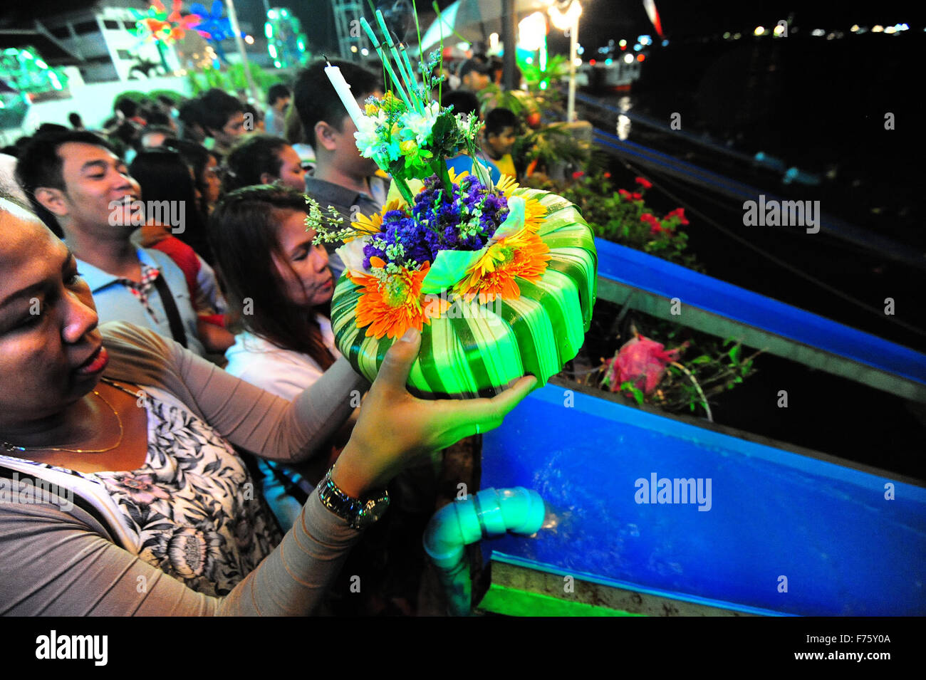 Bangkok, Thailand. 25th Nov, 2015. People pray before casting water lanterns into the Chao Phraya River during the - Stock Image