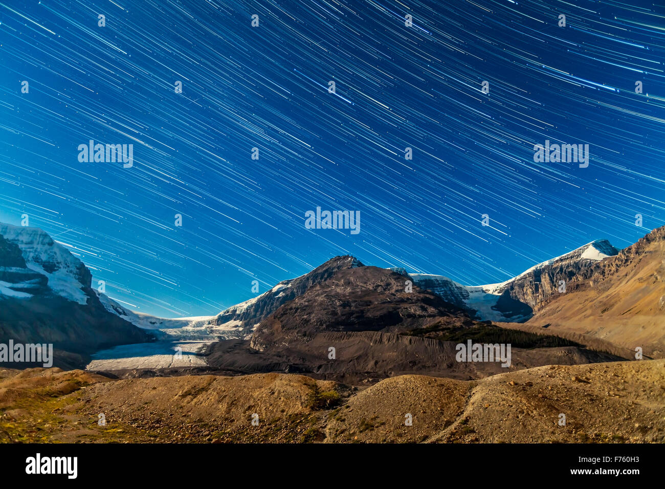 The stars setting into the west over the Columbia Icefields and Athasbasca (left) and Stutfield (right) glaciers, - Stock Image