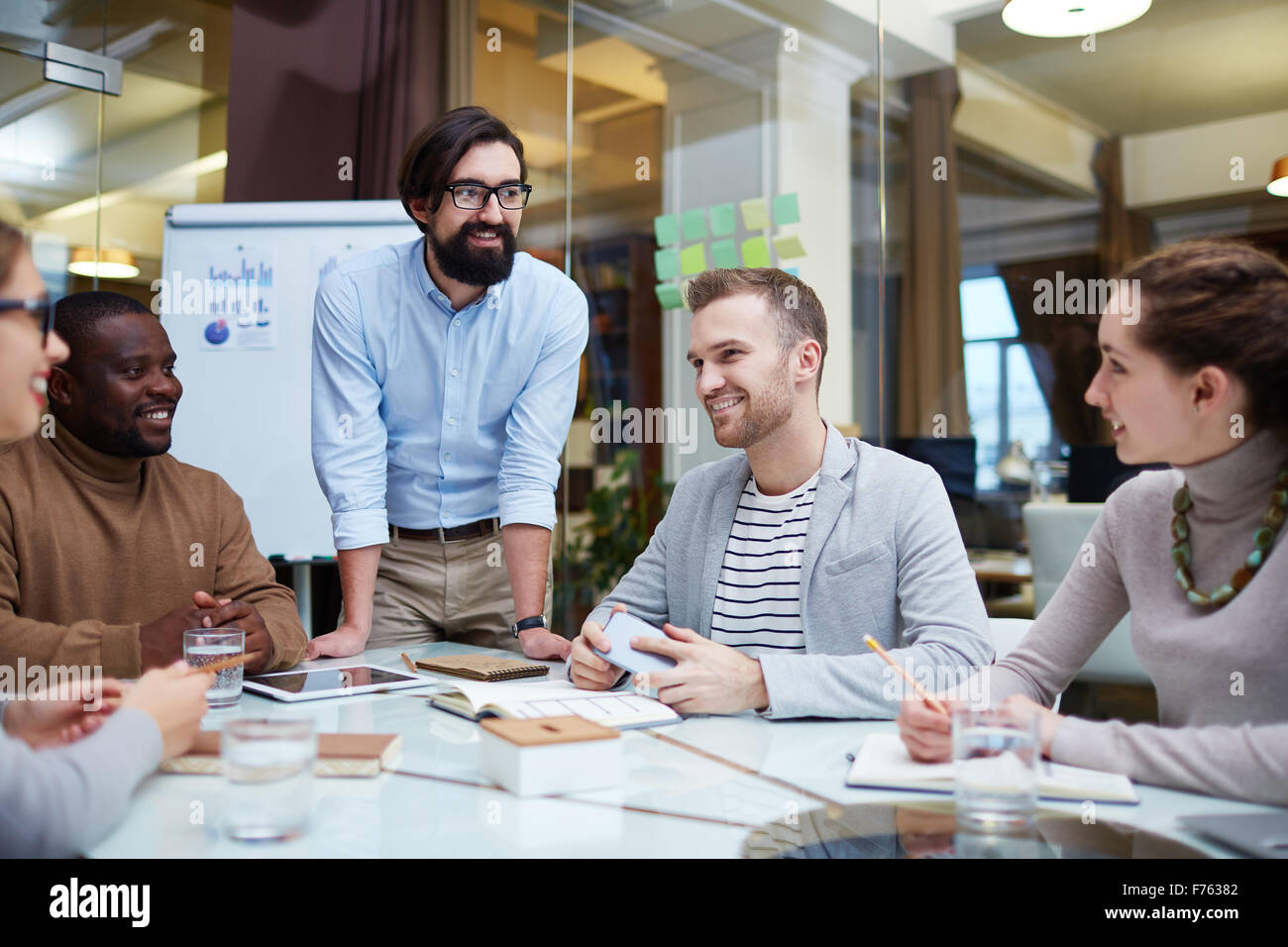 Group of office workers having meeting - Stock Image