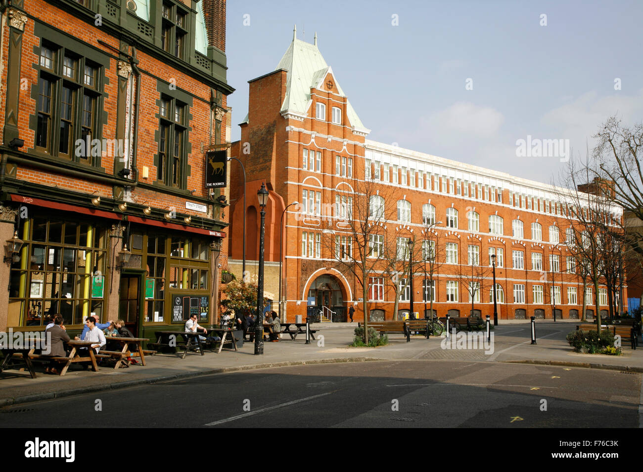Roebuck pub on Trinity Street and Great Dover Street Apartments, The Borough, London, UK - Stock Image