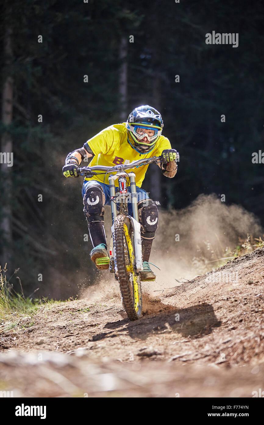 Mountain biker, downhill biker riding a downhill trail, Mutterer Alm, Muttereralmpark, Mutters, Tyrol, Austria - Stock Image