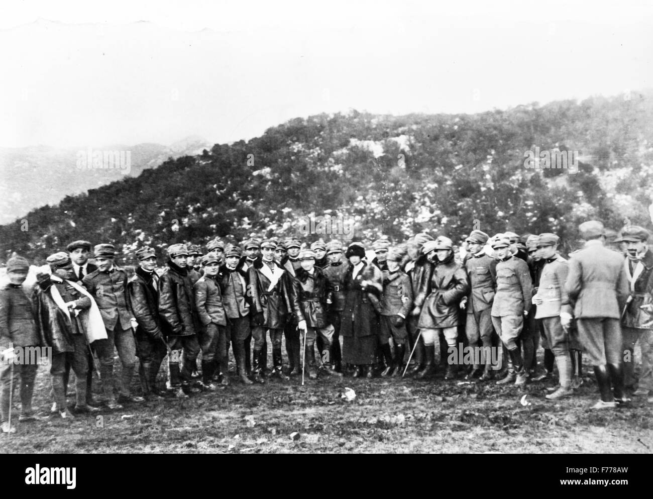Gabriele D'Annunzio in Fiume with the pilots escaped from the departments on his right the gold medal Eugenio - Stock Image