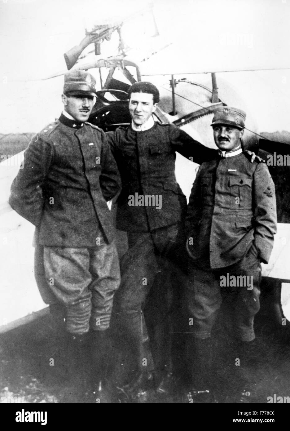 Lieutenant Francesco Baracca with two other airmen (far left) posing at the school Caproni in Malpensa,1915 - Stock Image