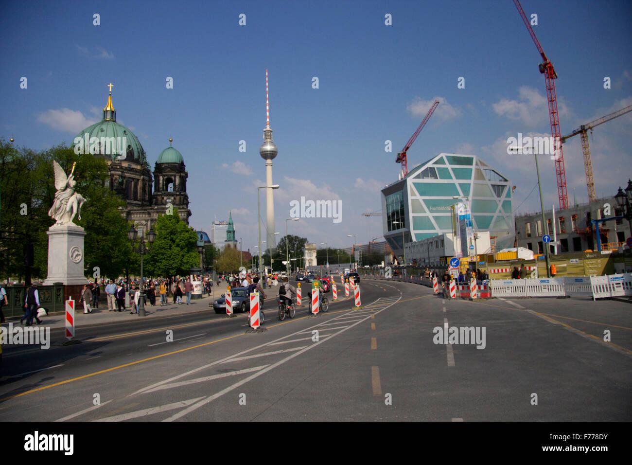 Strassenszene: Schlossbruecke, Berliner Dom, Fernsehturm, Humboldt Box, Berlin-Mitte. - Stock Image
