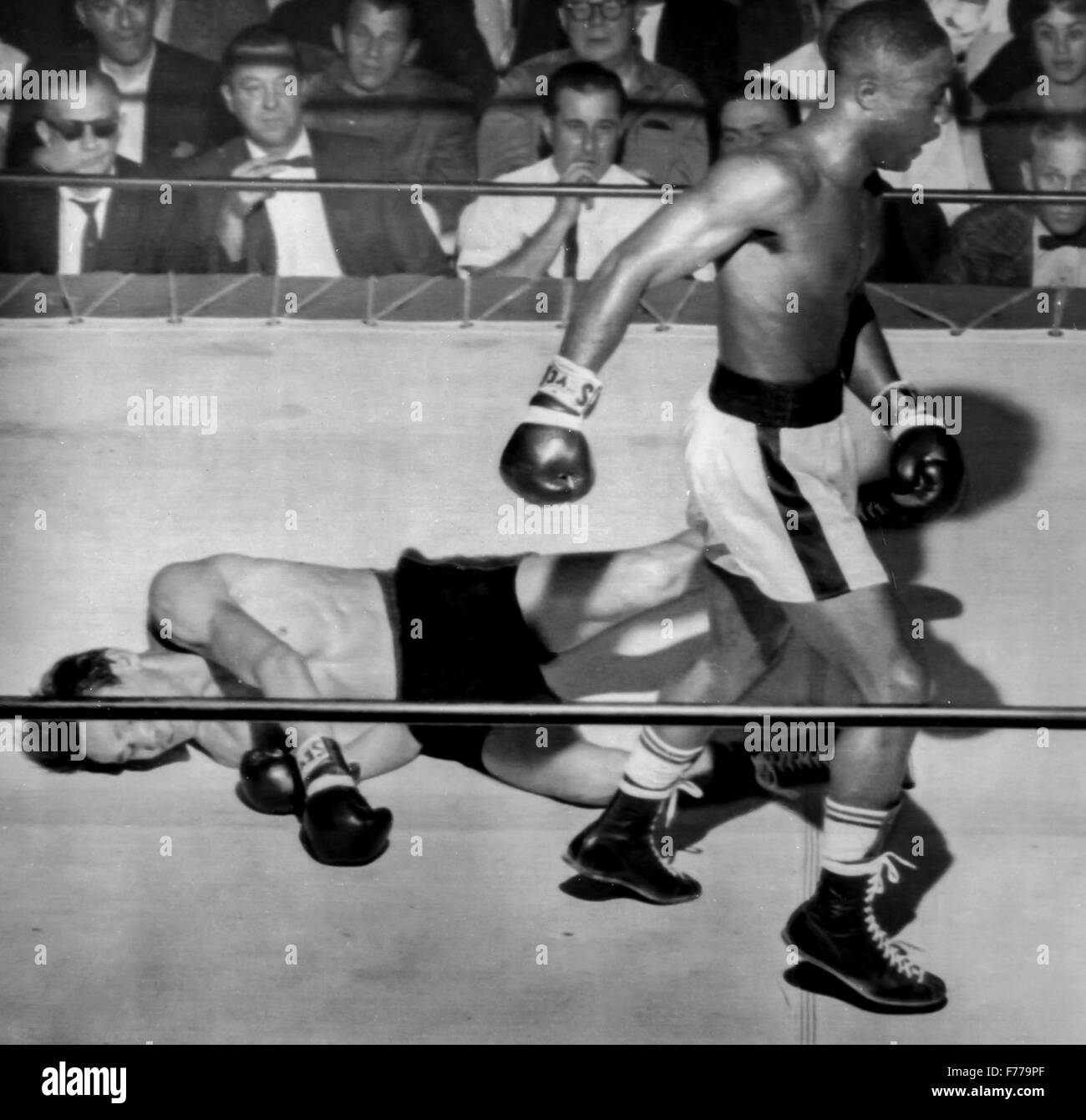 boxer davey moore and floored the mexican pelon cervantes,los angeles 1961 Stock Photo