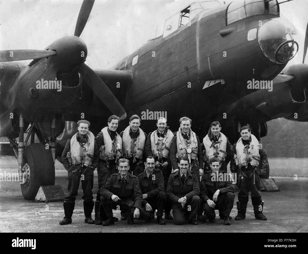 World War 2 RAF bomber crew of 138 squadron bomber command with Lancaster at Tuddenham in 1945 - Stock Image