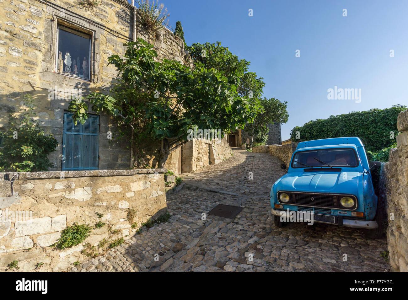 Garage Renault Salon De Provence Village Street In Lacoste, Renault R4 Oldtimer, Provence, France - Stock  Image