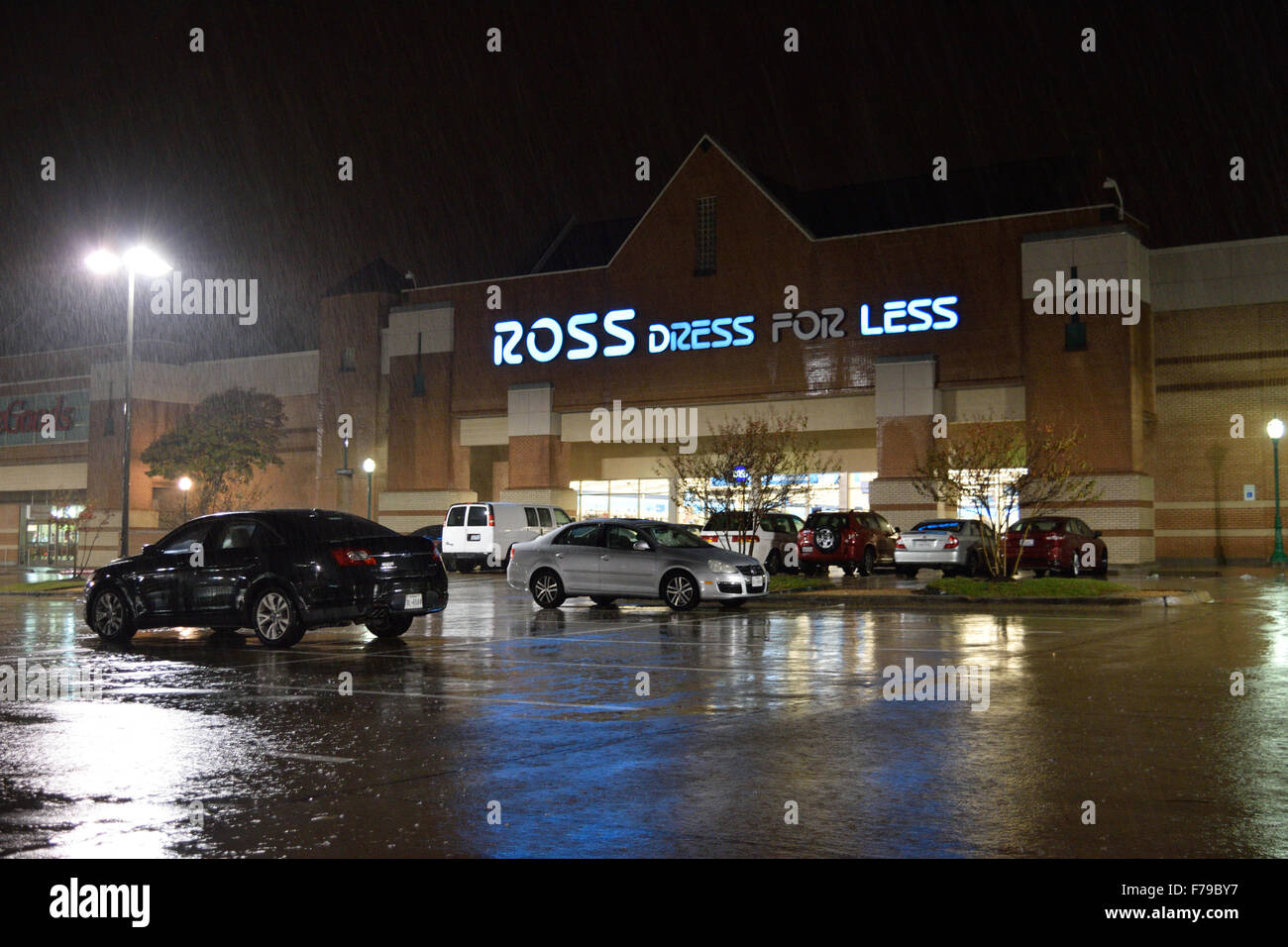 a49e635e28e This area Ross store opened its doors from 6 p.m. to midnight Thanksgiving  night in order