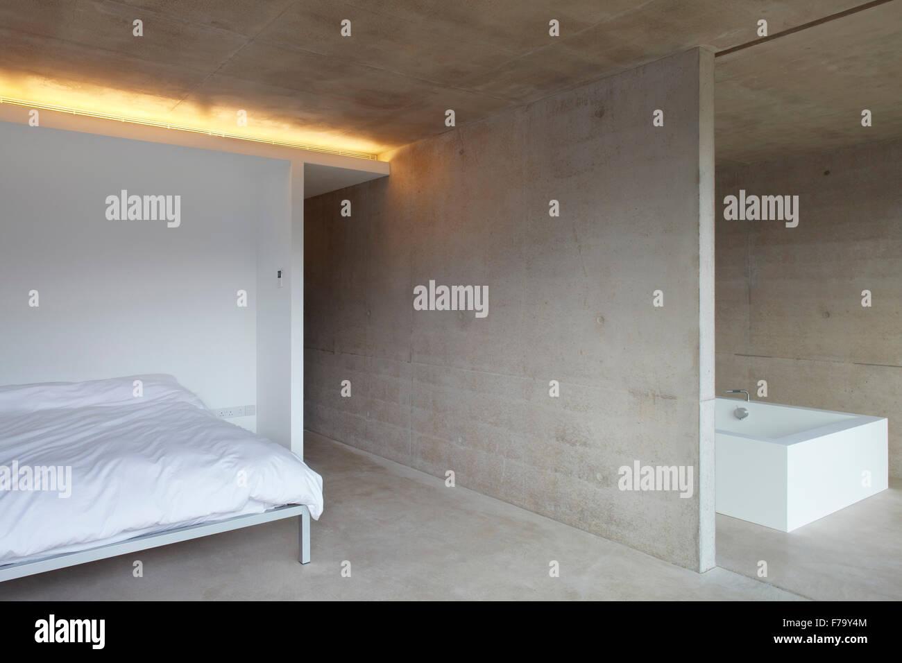 En-suite minimal bedroom in farmhouse conversion, Cotswolds 2012, design by Found Associates - Stock Image