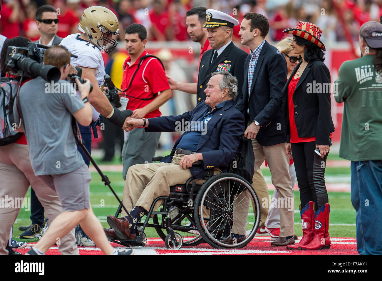 Former USA. 27th Nov, 2015. President George H. W. Bush greets a Navy player before the coin flip prior to an NCAA - Stock Image