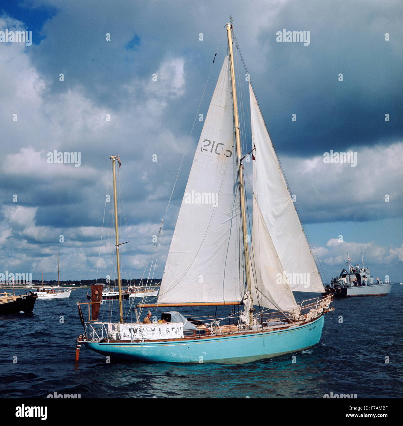 AJAXNETPHOTO. 4 JULY, 1968. SOUTHSEA, ENGLAND. - SAILING GROCER RETURNS - ALEC ROSE AT THE HELM OF HIS 36FT KETCH - Stock Image