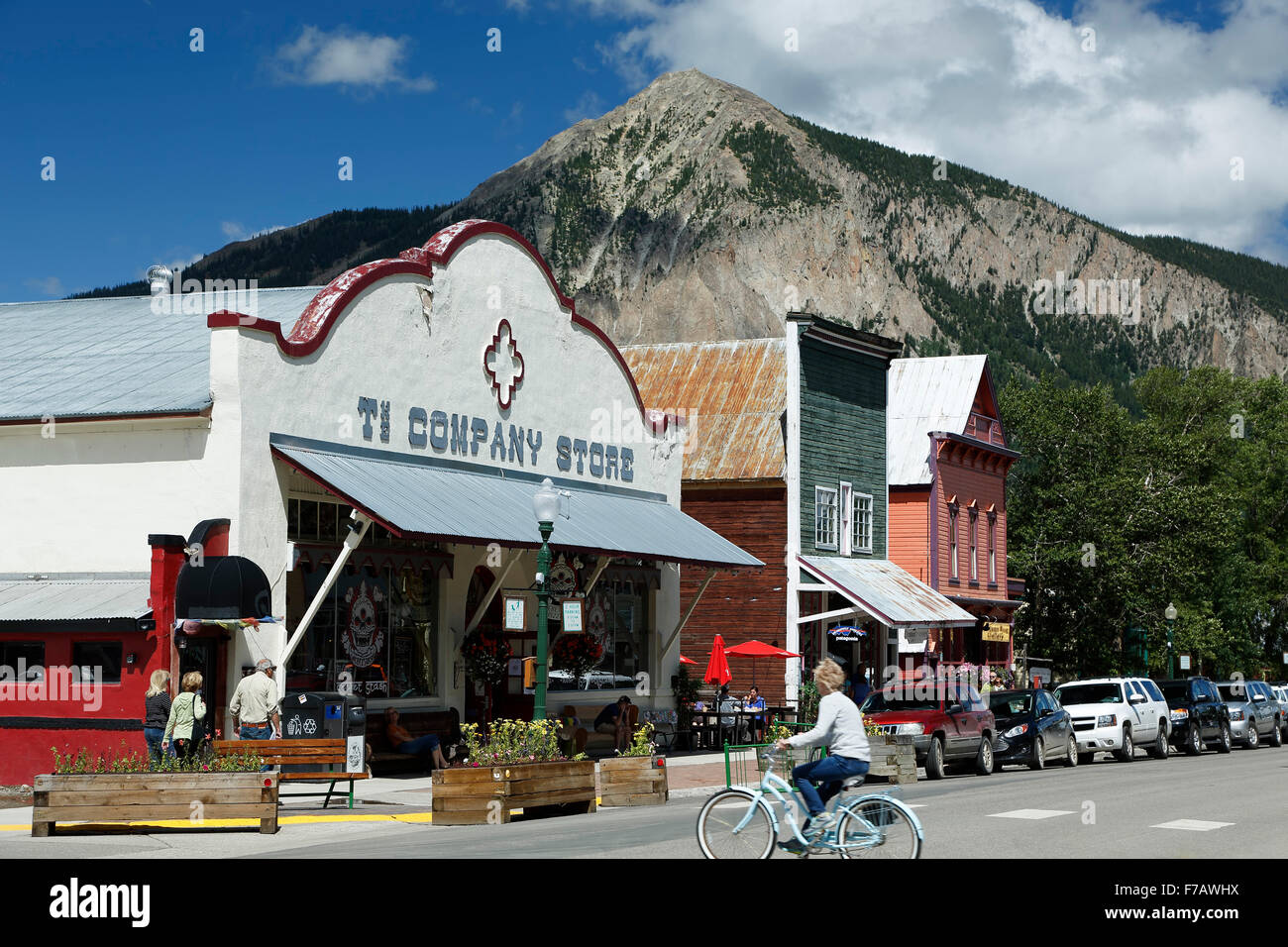 Historic Downtown, cyclist and Mount Crested Butte (12,162 ft.), Crested Butte, Colorado USA - Stock Image