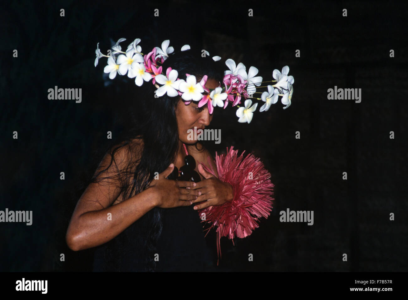 Polynesian hula (hura) dancer wearing frangipani flower headdress at the Cook Island Cultural Village Stock Photo
