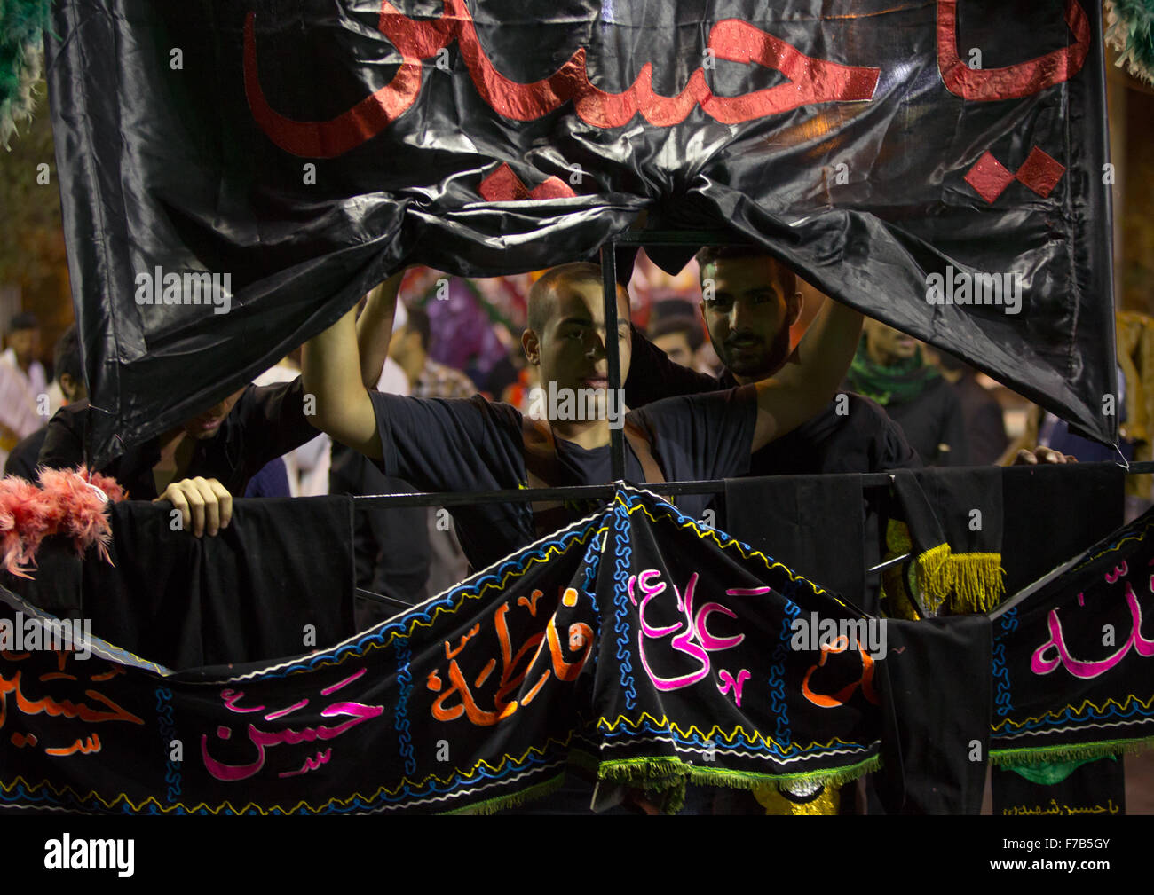 Iranian Shiite Muslim Man Carries An Alam In The Street During Muharram, Isfahan Province, Kashan, Iran - Stock Image