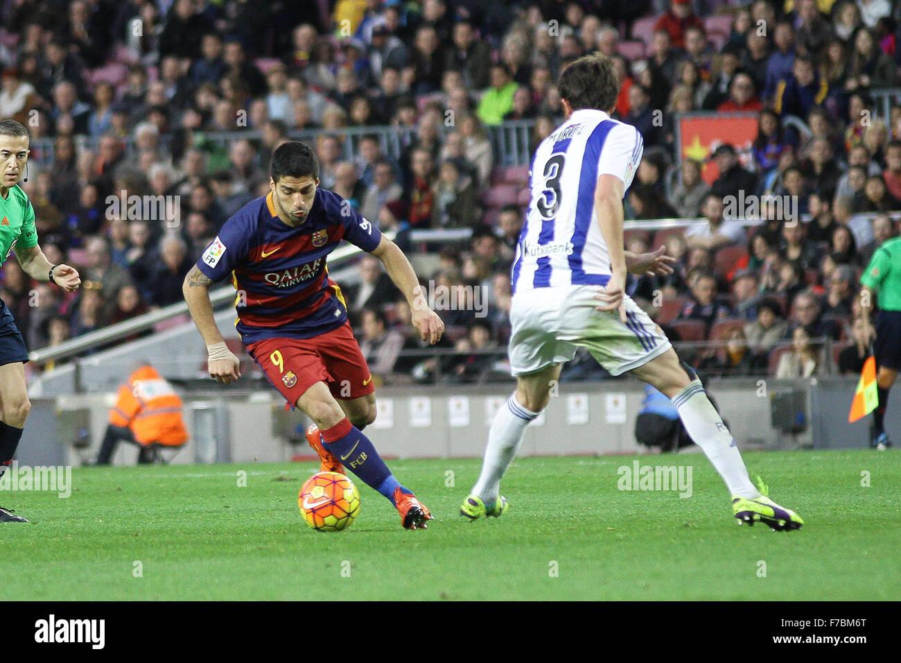 Nou Camp, Barcelona, Spain. 28th Nov, 2015. La Liga. Barcelona versus Real Sociedad. Suarez challenged by Mikel - Stock Image