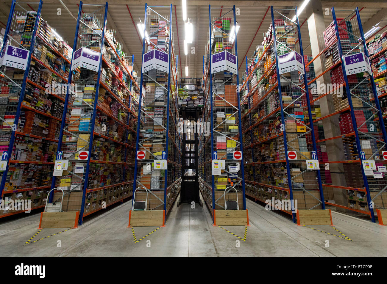Amazon Fulfillment Live Chat >> The Amazon warehouse fulfillment centre in Swansea, South Wales Stock Photo: 90635119 - Alamy