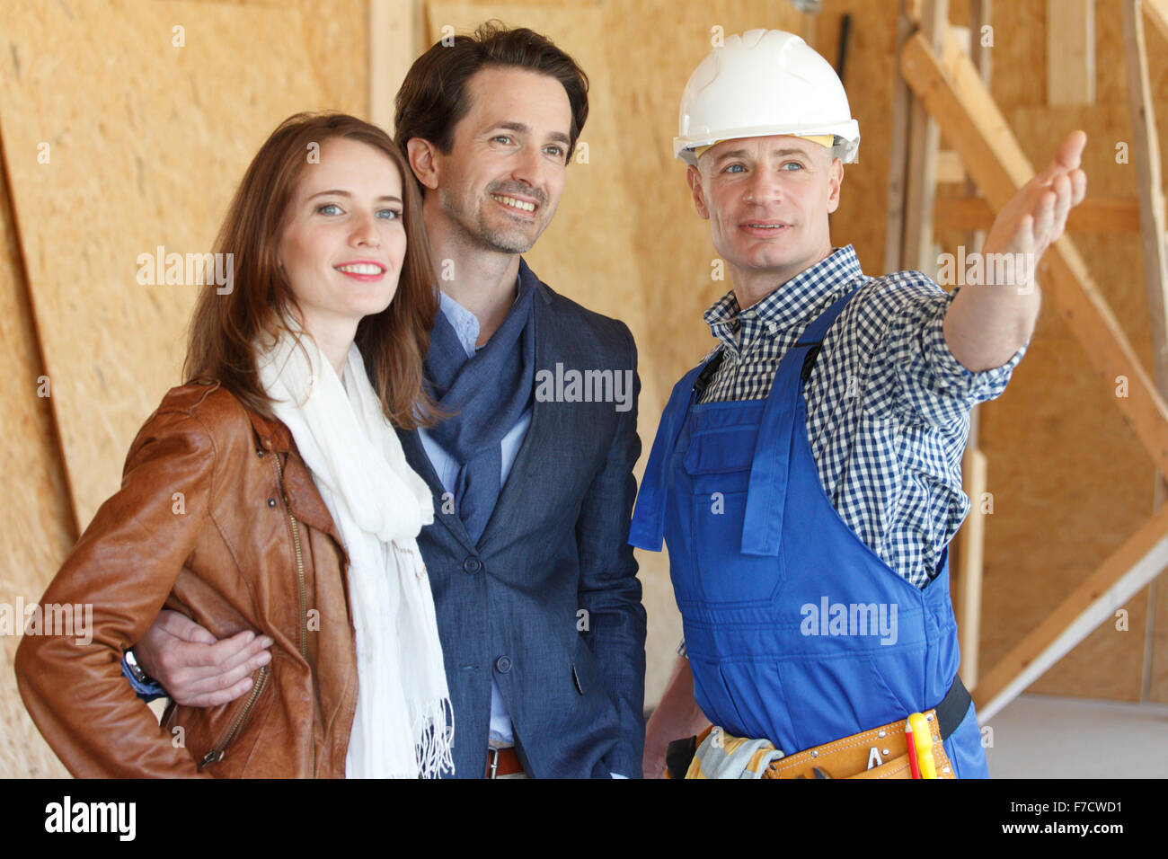 Foreman shows new house to couple - Stock Image
