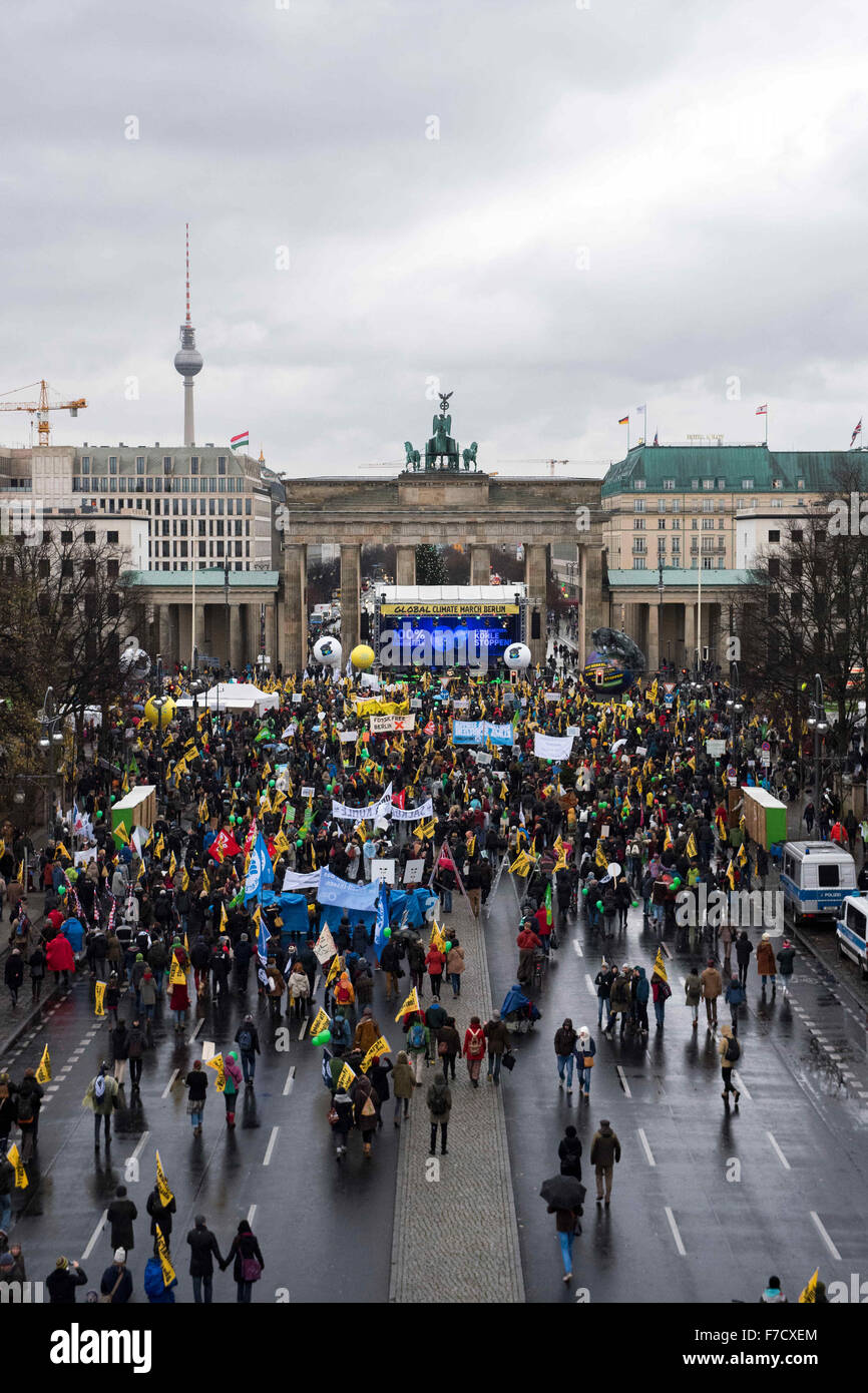Berlin, Germany. 29th Nov, 2015. Demonstrators have gathered for the Global Climate March at the Brandenburg Gate, Stock Photo