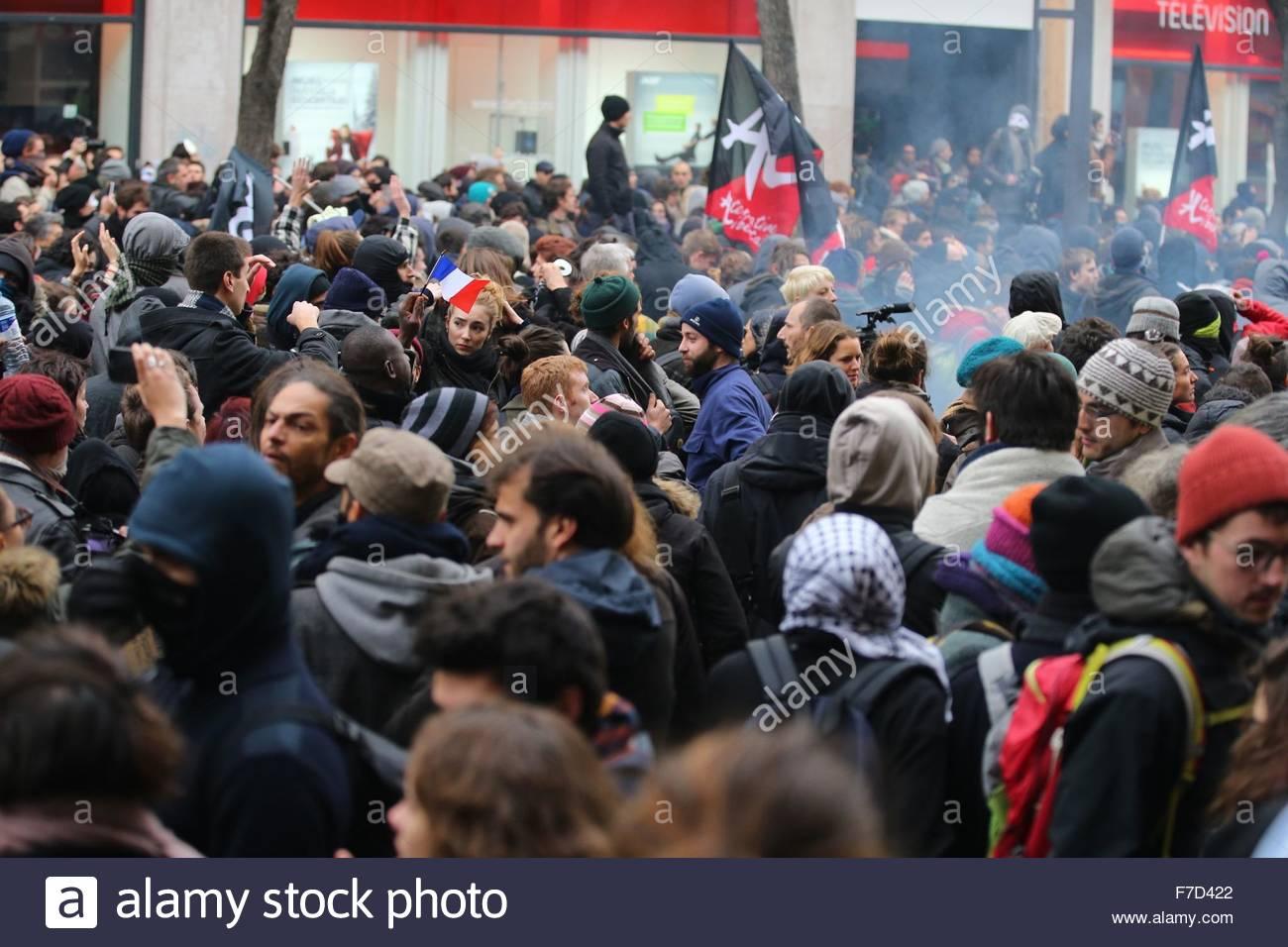 Paris-10E-Arrondissement, France. novembre 29th, 2015. FRANCE, Paris : Demonstrators hold anticapitalist flag on - Stock Image