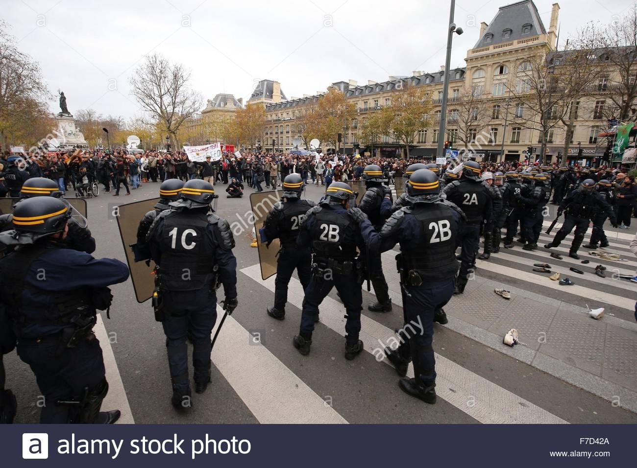 Paris-10E-Arrondissement, France. novembre 29th, 2015. FRANCE, Paris : Policemen walk in line on the Place de la - Stock Image