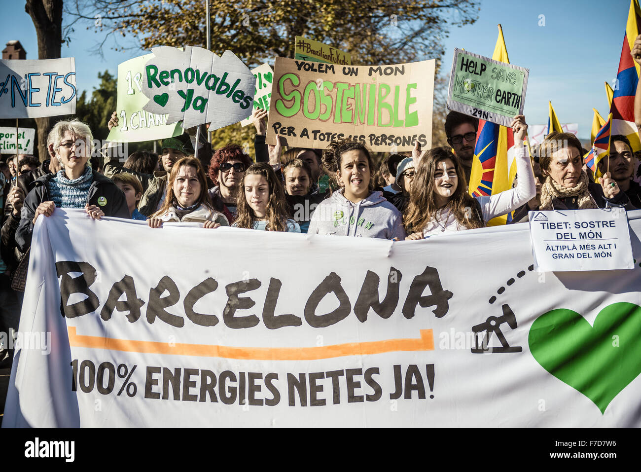 Nov. 29, 2015 - Barcelona, Catalonia, Spain - Demonstrators hold placards and Tibetan flags as they arrive at Ciutadella - Stock Image