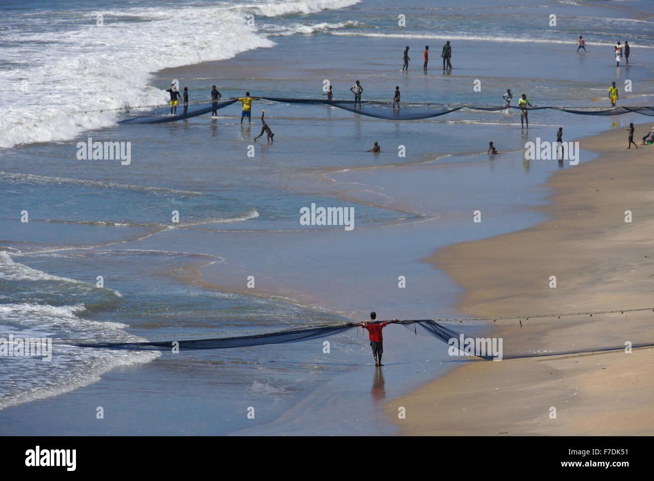 Fishermen hauling in nets, Cape Coast, Ghana - Stock Image