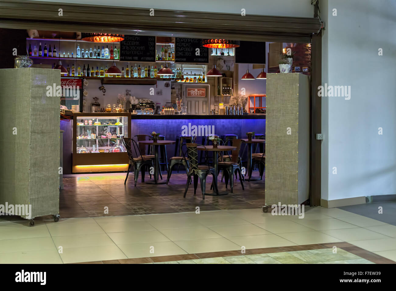Unknown brightly lit coffee shop and cafe with nobody in the background - Stock Image