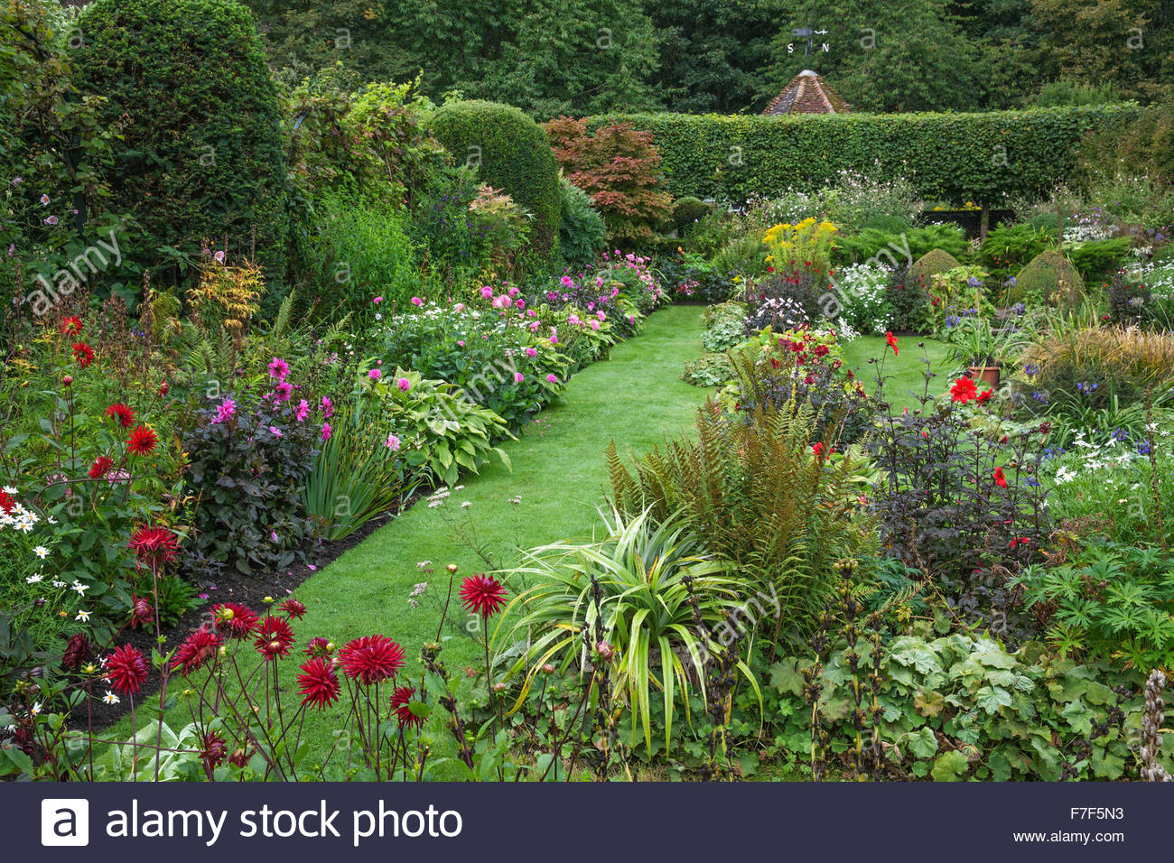 Chenies Manor Gardens - English Garden - Summer sunken Garden double borders mix of Dahlia and perennials - Stock Image