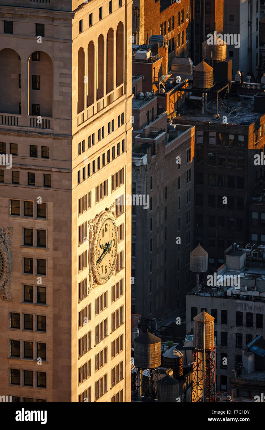 Aerial view of a New York City skyscraper at sunset with rooftop wooden water towers. Located on Madison Square - Stock Image