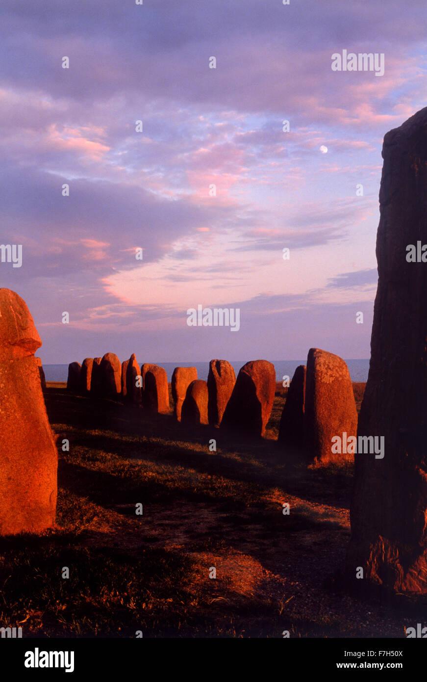 Ales stenar at Österlen under sunset skies.  Megalithic monument in Skåne in southern Sweden. Viking ship - Stock Image