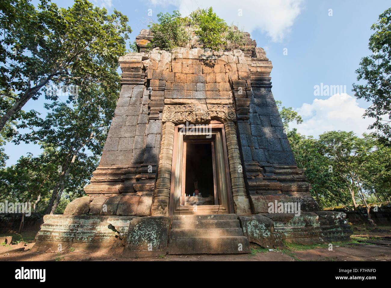 The hidden jungle temple of Prasat Neang Khmau at Koh Ker, Siem Reap, Cambodia - Stock Image